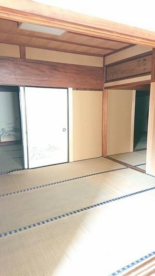 和室 続き間の和室は広い敷地のお屋敷の特権です。襖を取り払って大部屋としても使用できます。