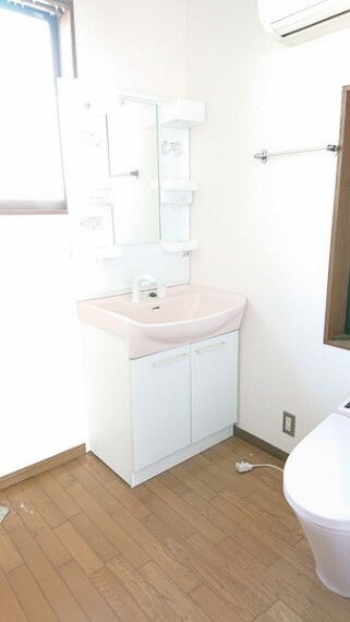 洗面化粧台 清潔感のある真っ白な洗面台です。