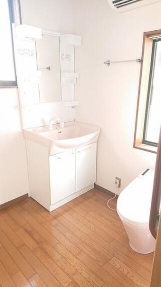 トイレ 人感センサー付きで便器のふたが自動で開く温水洗浄器トイレです。便器の蓋が開くと音楽が流れます。