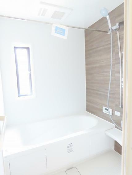 同仕様写真(内観) お洒落な明るいバスルームで一日の疲れを癒してください