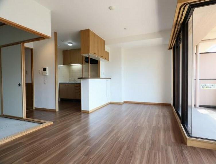 居間・リビング 南西向きの明るく開放感のあるリビングルーム
