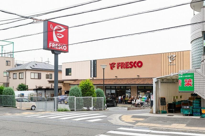 スーパー 徒歩7分(約490m)。 生鮮食品強化型のスーパーです。お店で調理するデリカや、こだわりのオリジナル商品も人気です。営業時間は9時~22時。お支払いには各種キャッシュカードや電子マネーも対応。