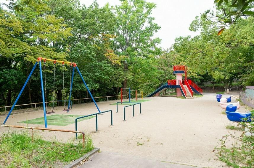公園 徒歩4分(約250m)。 広々とした敷地に、温水プールやバラ園、青少年運動広場等の施設があり、四季を通じて様々な人に利用されています。緑も多く、散策やお散歩にも最適。子どもが遊べる遊具もあります。