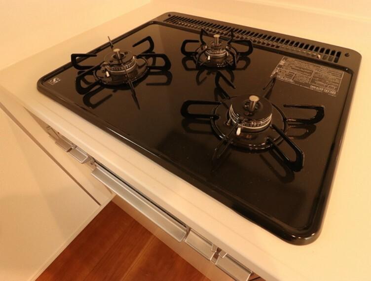 キッチン 使い勝手の良い3口コンロでございます。