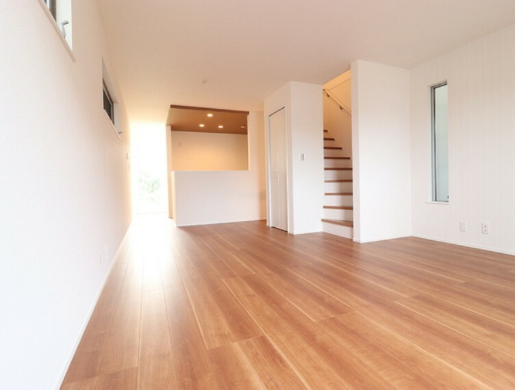 居間・リビング リビングには空気を汚さずお部屋を足元から暖める床暖房を設置。クリーンな暖かさでお子様にも安心です。家族の「絆」を感じられるリビングイン階段を採用。