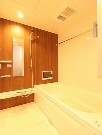浴室 半身浴もできる広々とした湯船があり、毎日の入浴も気持ちよさそうですね。
