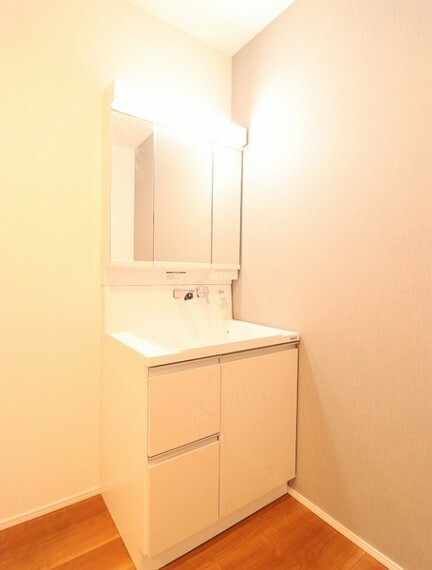 洗面化粧台 ホールとつながる洗面脱衣所。お外でいっぱい遊んだお子さんはそのままお風呂へ一直線。家事動線も考えた空間です。
