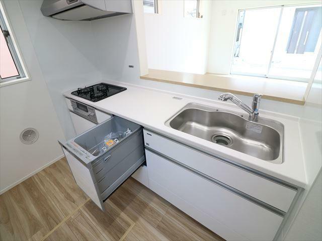 キッチン 人造大理石トップのシステムキッチン。浄水器・食洗機内蔵です。