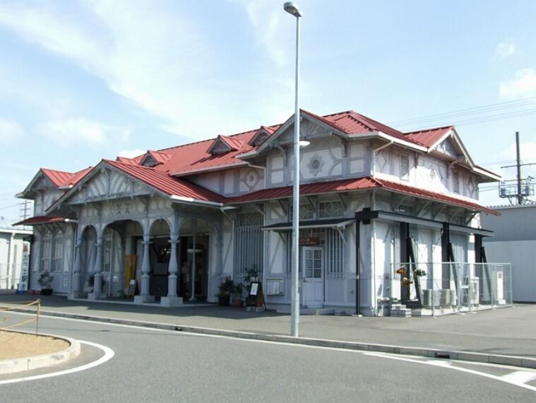 徒歩6分(約420m)。「難波」駅へ17分、「梅田」駅へ26分でアクセス可能、都心への通勤にも便利です。明治40年建設で、現存する最古の木造駅舎だった旧駅舎はカフェ&ギャラリーとして利用されています。
