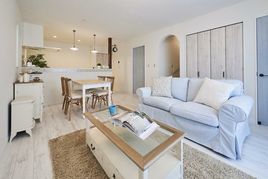 同仕様写真(内観) 施工例■こだわりの家具を置いたLDKはガーリーな面を持ちながら、エレガントでクラシックな大人っぽい空間に。キッチン前の壁を取り払うことで広々と開放的な空間を演出します。