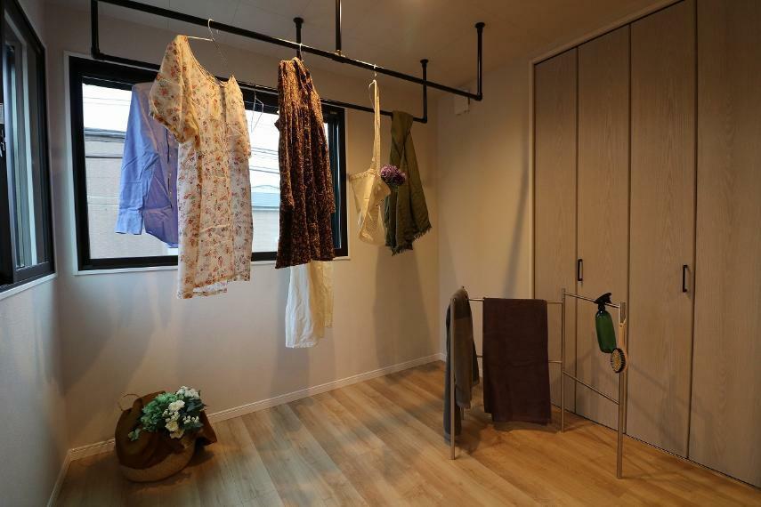 同仕様写真(内観) 施工例■リビングとランドリールームを遮る扉があるので来客時などは隠すことができます。天井には調質機能付きのパネル、換気扇もついているので洗濯物の嫌な匂いも軽減できます。