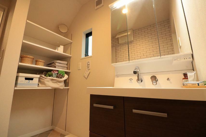 同仕様写真(内観) 施工例■鏡の中やシンク下にたくさんの収納できる洗面化粧台はLED照明で省エネ。鏡中にはコンセントがあり、電動歯ブラシや電気カミソリの充電もできます。シャワー水栓・三面鏡で毎朝のセットもスムーズに。