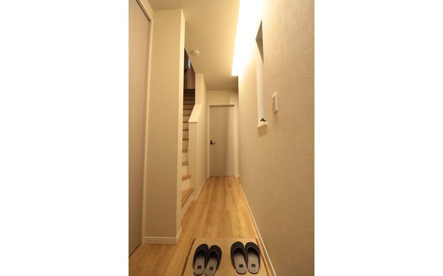同仕様写真(内観) 施工例■玄関には縦に長い間接照明をつけることで奥行きのあるスッキリした空間に。