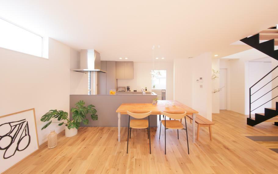ダイニングキッチン キッチンを囲むように座れる造作のテーブルは、より一層家族のだんらんを感じられます。