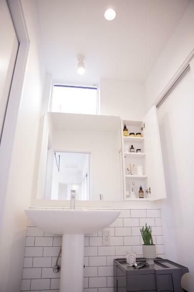 洗面化粧台 配管を隠して、スッキリとした印象に。あまり作りこまないことで、自分好みの空間づくりが楽しめます。