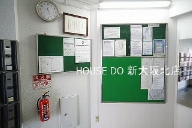 ロビー ■エレベーターの向かいには掲示板があるので、待ち時間に大事な情報もしっかりとチェックすることができます! ■掲示物もキレイに管理されており、とても見やすくなっています!