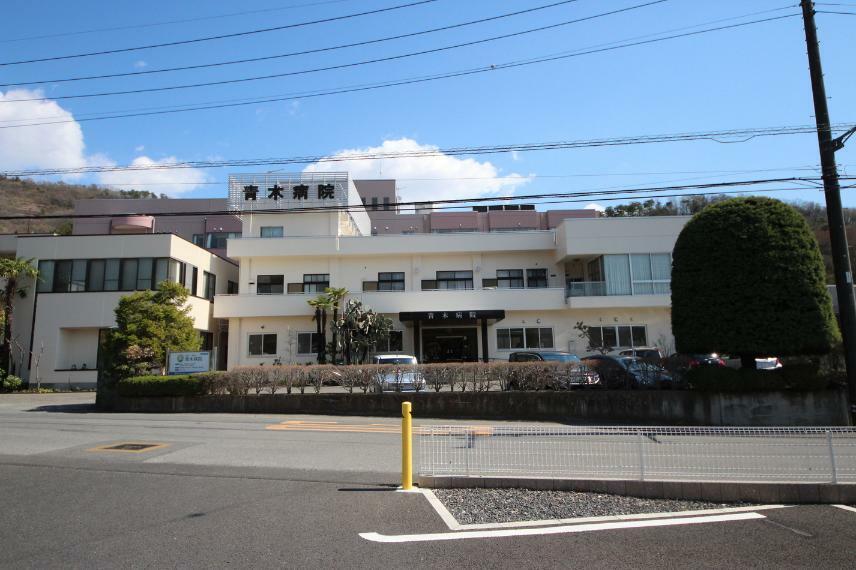 病院 医療法人恵愛会青木病院 緑いっぱいの場所に位置する病院です