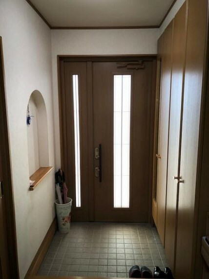 玄関 玄関横に収納があるので片付いた綺麗な玄関がキープできます。