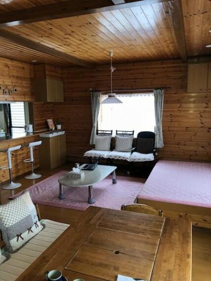 居間・リビング 生活動線を考えて作られたリビングダイニングは家族の会話が弾む空間です。うれしいエアコンも完備!