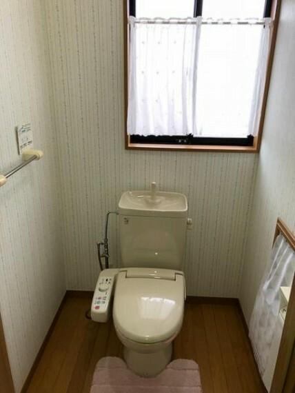 トイレ 安全を配慮し手すりを標準設置した優しい設計のトイレスペース。 ※トイレは2階にもあります