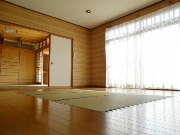 居間・リビング 中央に畳コーナーのある居間。