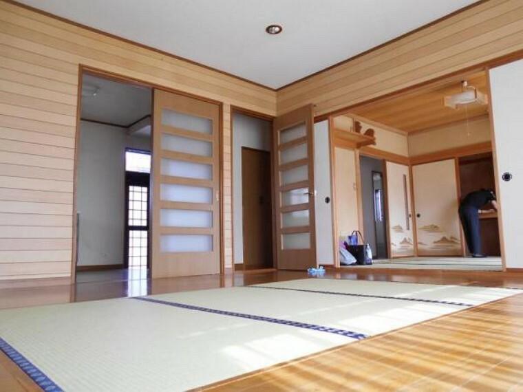 居間・リビング 隣の和室と続き間にして広々と使用することも可能。