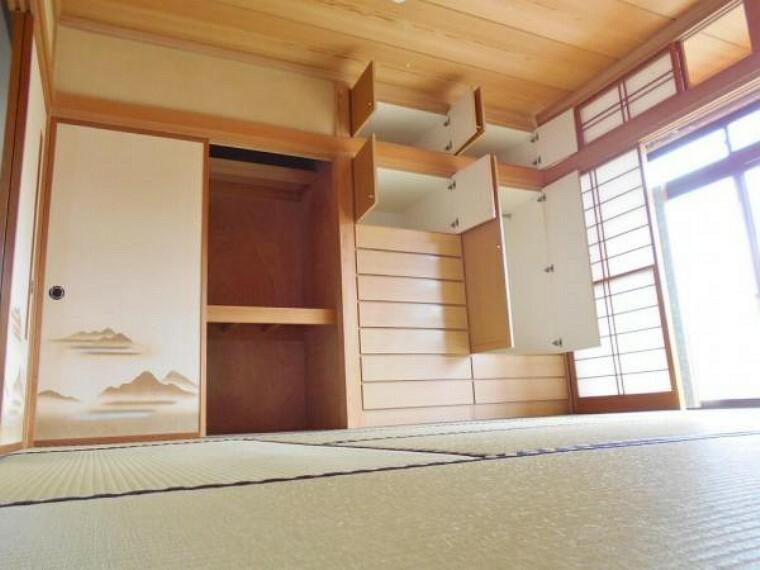 和室 和室には押し入れ&収納棚あり。