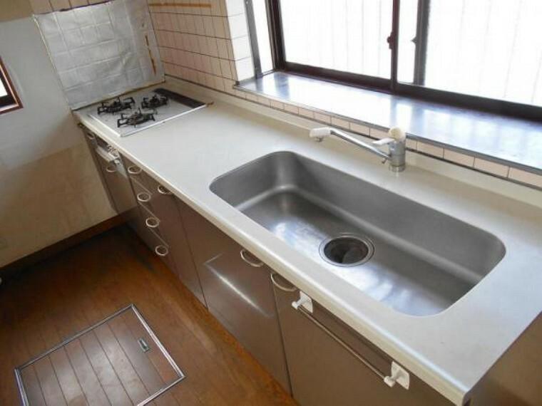 キッチン 大きな鍋も洗いやすい大型シンク。