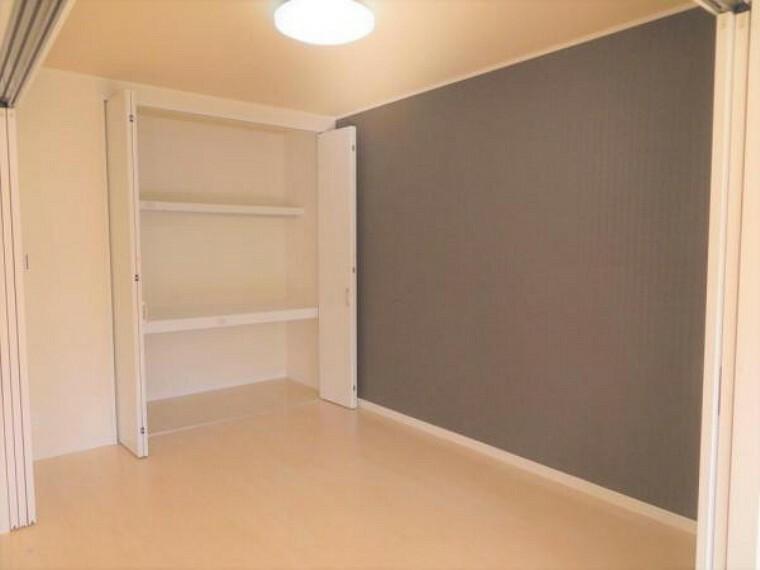 リビング横の洋室5.6帖。LDKと合わせると20.2帖の空間に