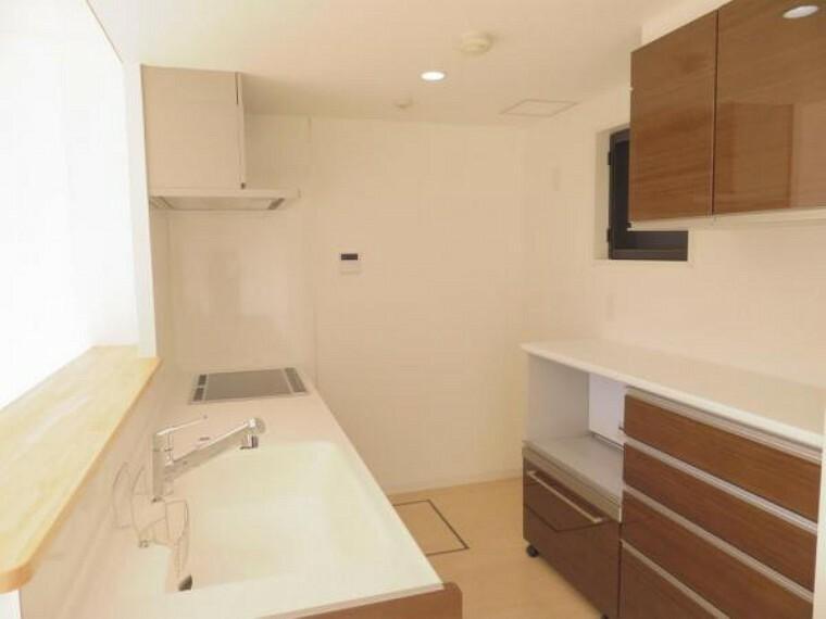 キッチン 収納充実のキッチン。レンジなどもスッキリ収納できますね。