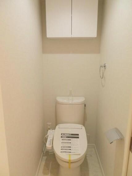 トイレ 上部に収納棚があり、トイレットペーパーなども収納できます。