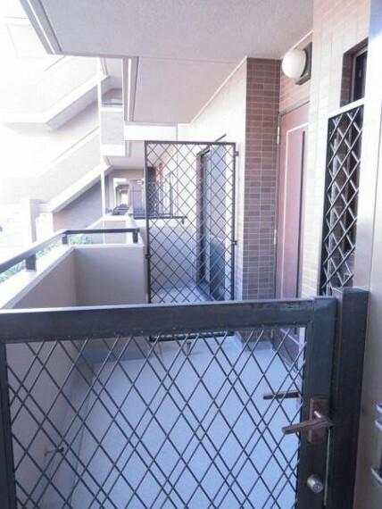 玄関 ポーチがあるので戸建て感覚で生活できますね。