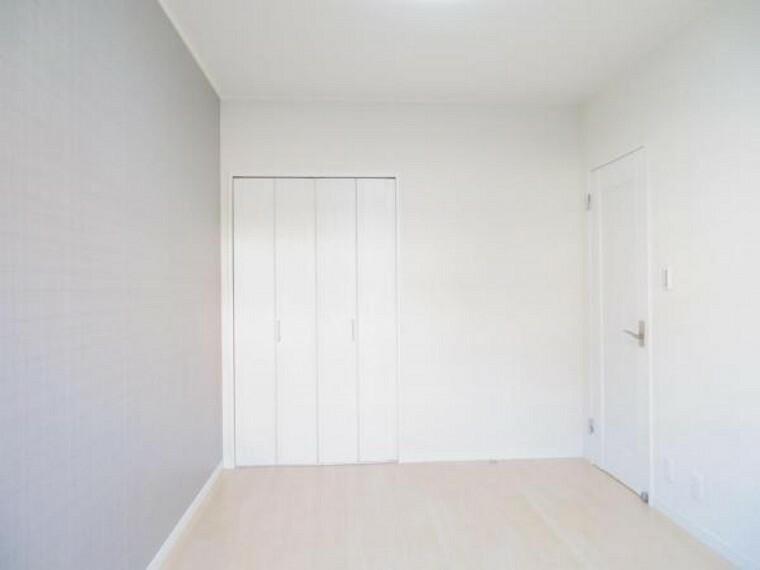 洋室4.5帖。各居室に収納付きです。