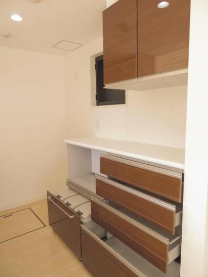 キッチン 引き出しタイプの収納。ゴミ箱も隠せます