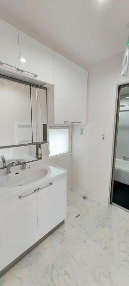 洗面化粧台 収納も充実の洗面台。室内物干しもついています。