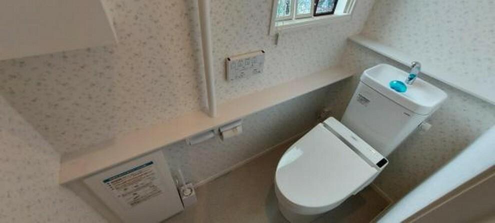 トイレ 1階のトイレ。壁面にはトイレットペーパーなどの収納に便利な棚もあります。