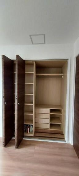 収納 棚もあり整理のしやすいクローゼット