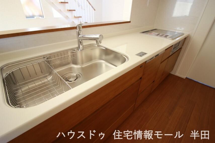 キッチン 奥様に嬉しい 家事動線に優れた住まいです 食器洗乾燥機付で忙しいママをサポート