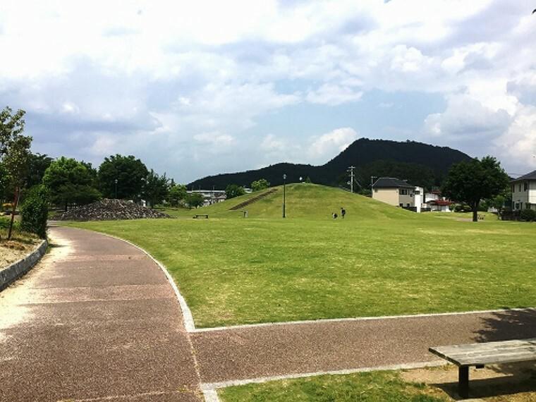 公園 「ふたつやま公園」まで約580m(徒歩8分)です。福島市庭球場、森合市民プールが隣接する、広々とした公園です。  (2020年6月撮影)