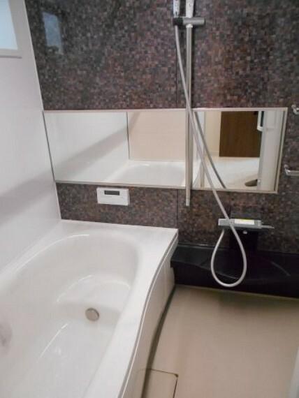 浴室 浴室換気暖房乾燥機付きです。