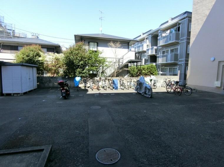 バイク置き場・駐輪場です。