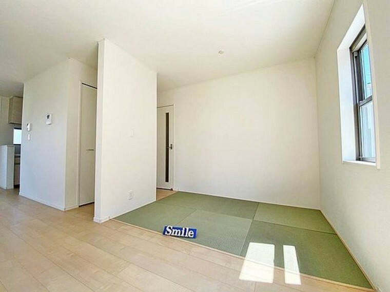 居間・リビング LDKに隣接する畳コーナーはお子様のお昼寝スペースや洗濯物を畳んだりするミセスコーナーとしても使える便利な空間です