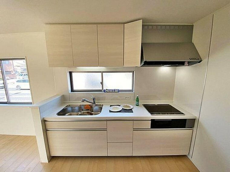 キッチン スライド収納タイプのシステムキッチンで収納量が豊富です 家族と一緒にお料理することができるゆったりしたキッチンスペース!