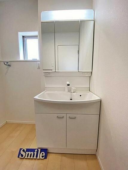 洗面化粧台 朝の支度とっても便利なハンドシャワー付き水栓の洗面台。