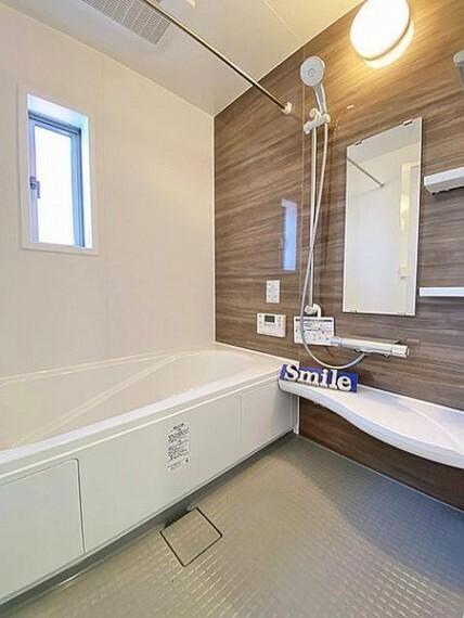 浴室 家族と一緒に入れる一坪タイプユニットバスです。浴室にも窓があり、換気しやすくカビの原因となる湿気を素早く逃します