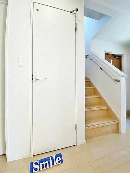 居間・リビング 明るい日差しが注ぎこむ階段はお家が明るくなります 小さなお子様やご高齢に安心の手摺付きの階段です。
