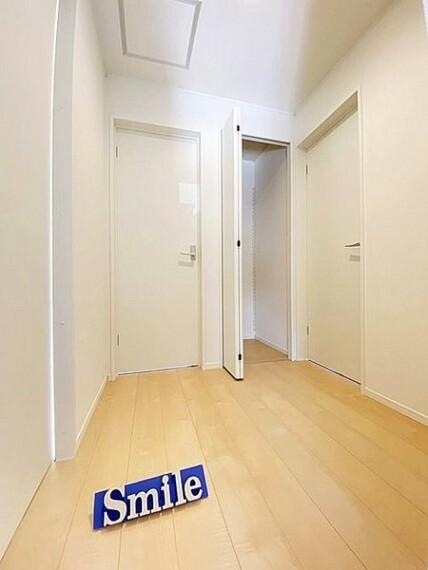 廊下にも収納があり季節物の収納や各居室の収納を補えます