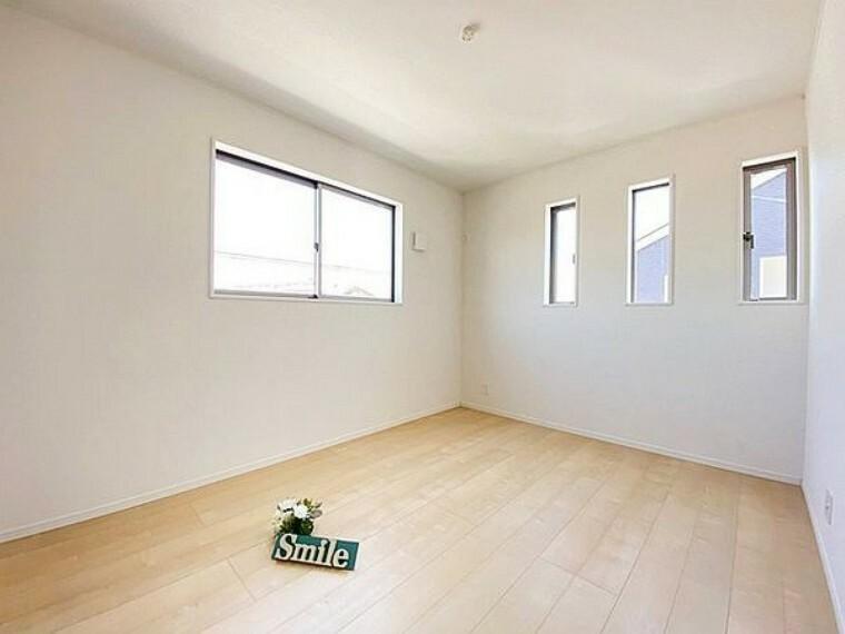 洋室 2面採光の明るい6帖洋室は日差しが注ぎこんで快適なプライベートスペースになりそうです
