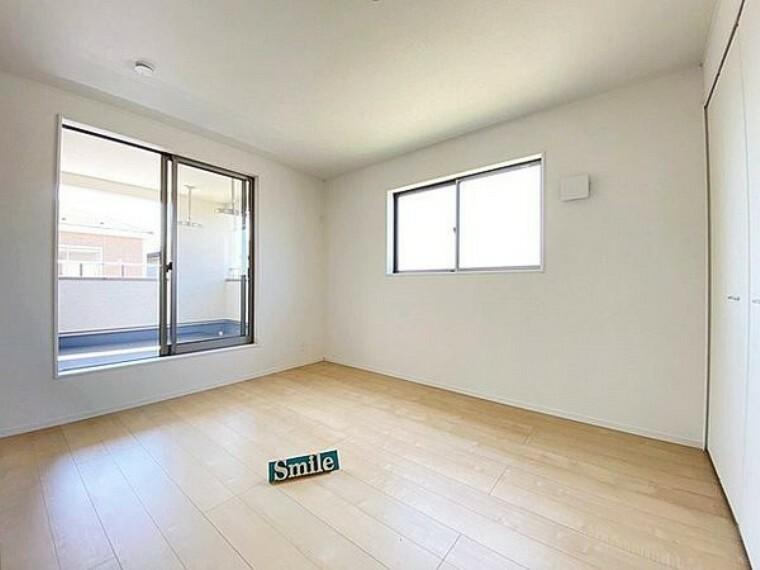 洋室 7.5帖の洋室 バルコニーへ隣接した明るい洋室は大きな掃き出し窓からは陽射しが注ぎ込み快適なプライベート空間です。
