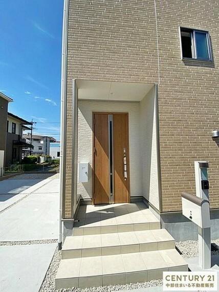玄関 玄関ポーチにインターホンとポストが一体になったスマートでオシャレな門柱が設置されています。